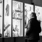 Play - Un visiteur visitant l'exposition
